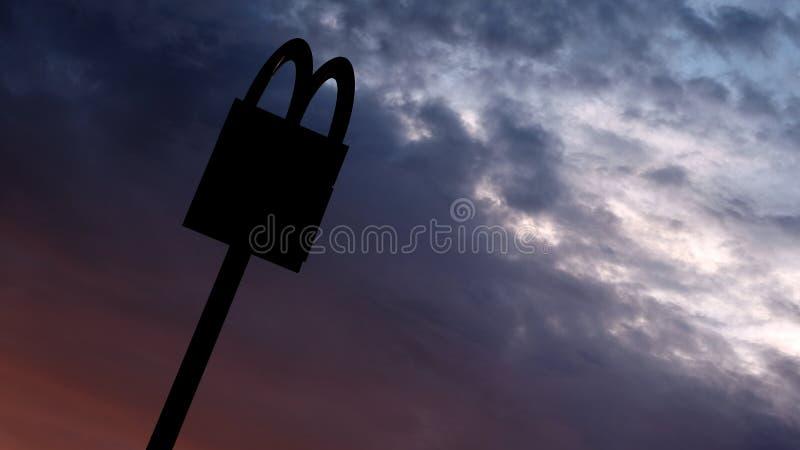 Kostanay, Kasachstan, im Juli 2018 Symbol eines den ganzen Tag über Energiepunktes Das McDonald-` s Logo auf die Oberseite des Be stockfotos