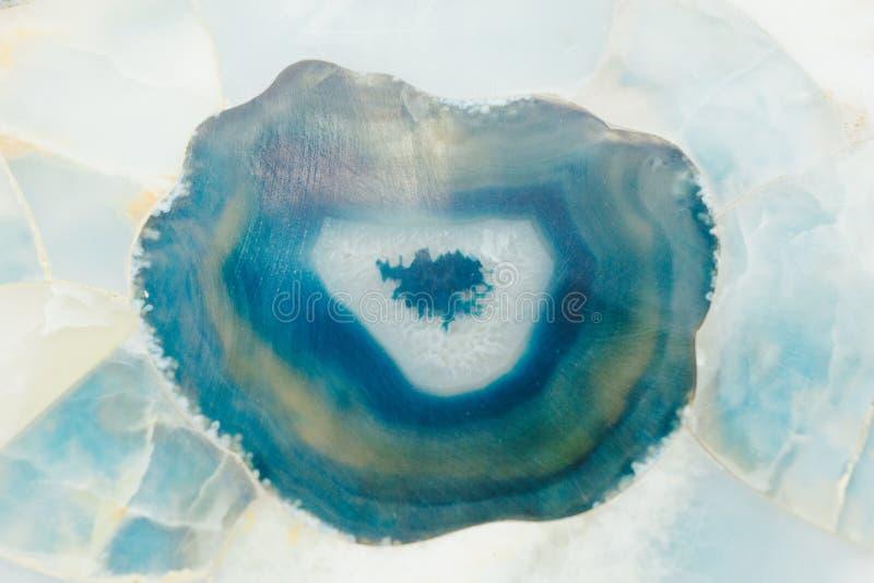 Kostbares natürliches Edelsteinoberflächenmosaik mit blauer Druse I des Achats stockbild
