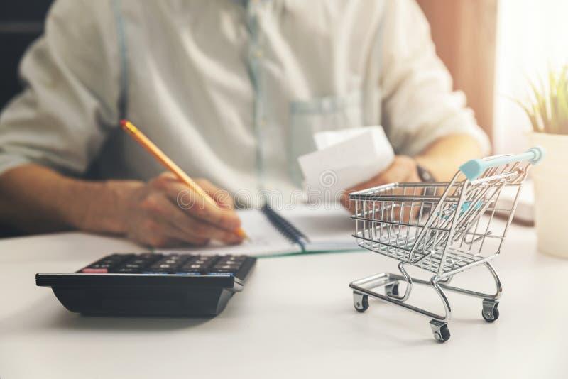 Kosten van levensonderhoud concept - mens het berekenen rekeningen van huishouden dagelijkse uitgaven stock foto