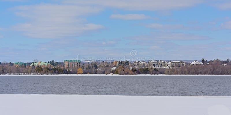 Kosten van schil langs de rivier van Ottawa met ijs en sneeuw stock fotografie