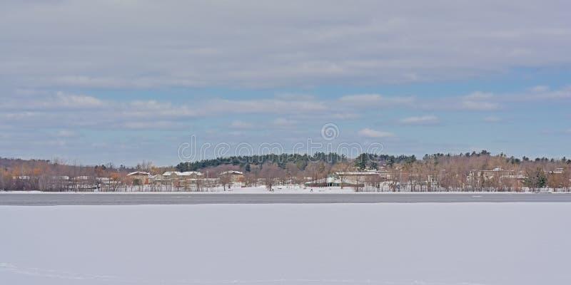 Kosten van schil langs de rivier van Ottawa met ijs en sneeuw royalty-vrije stock afbeeldingen
