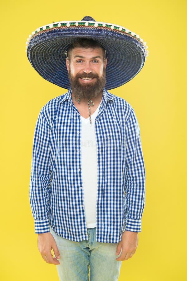 Kostium accesory Brodaty mężczyzna w meksykańskim kapeluszu Meksykański mężczyzna jest ubranym sombrero Modniś w szerokim rondo k zdjęcia royalty free