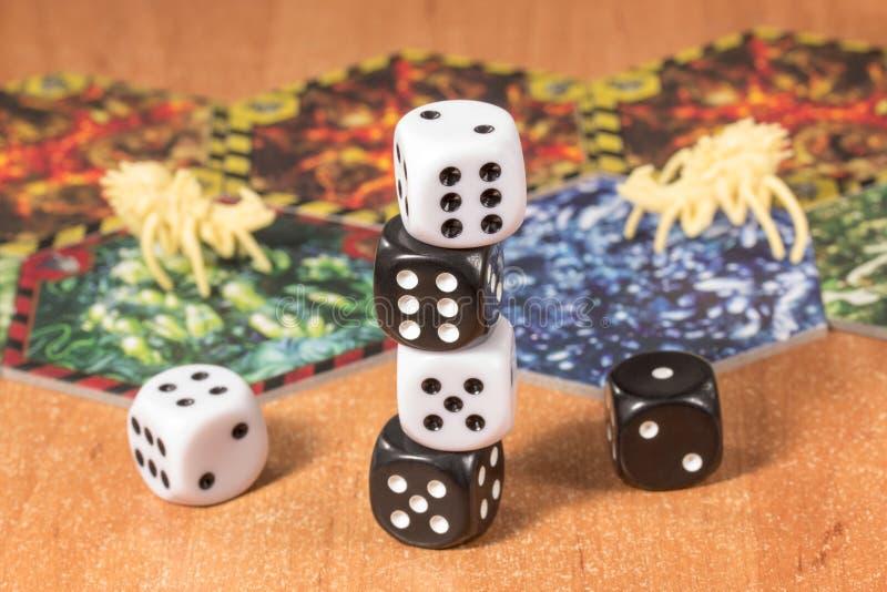 Kostka do gry czarny i biały na zamazanym tle przedmioty dla gry planszowa obrazy royalty free