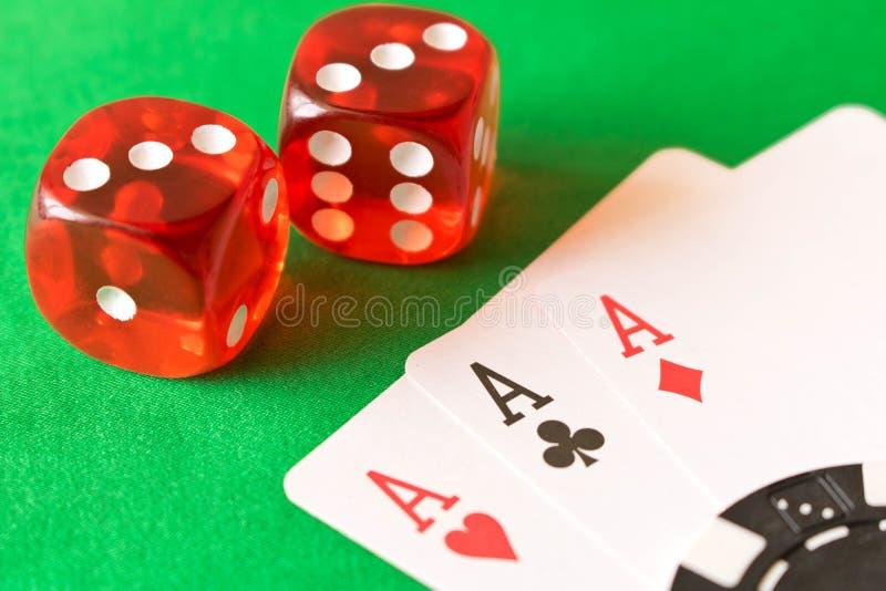 Kostka do gry i karta do gry na zielonym stole pojęcia zwycięstwo zdjęcie stock