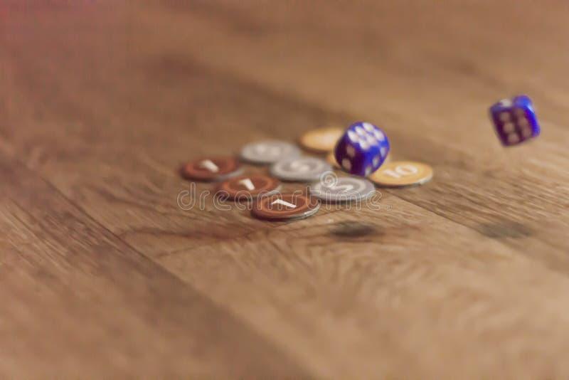 Kostka do gry i układ scalony gra planszowa obraz royalty free