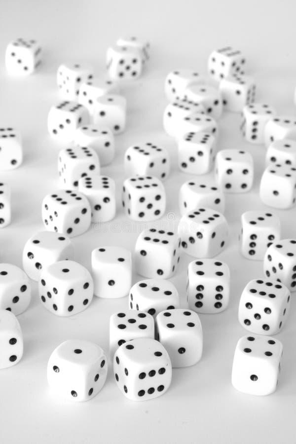 kostka do gry kształtują teren biel obrazy stock