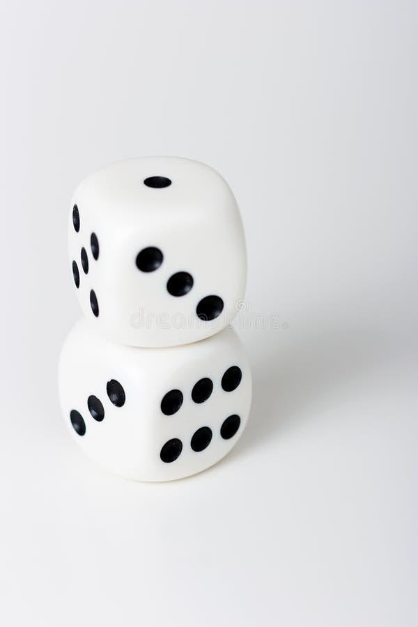 Kostka do gry na białym stole obrazy stock