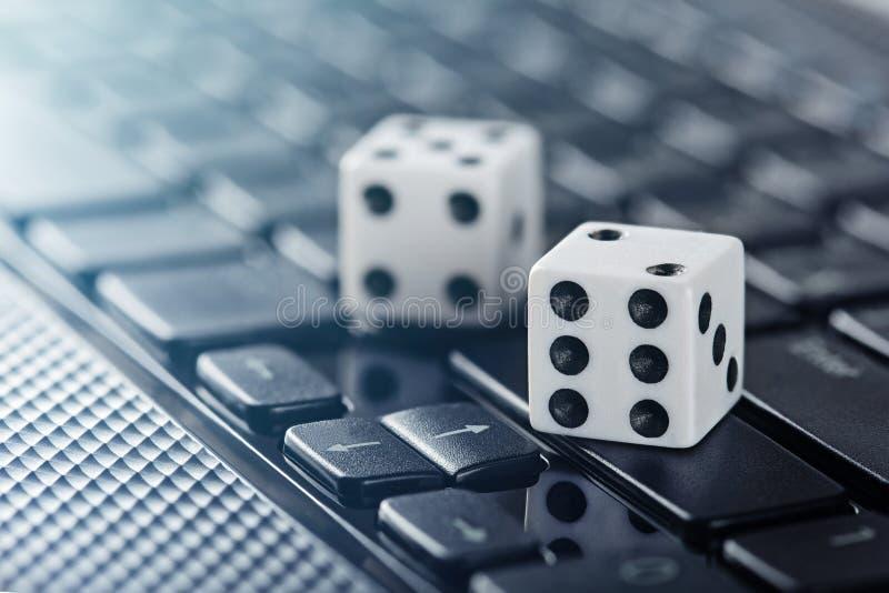 Kostka do gry na laptop klawiaturze Ð ¡ oncept online online kasyno i uprawiać hazard Kreatywnie pomysł z czarcimi ` s kościami i obraz royalty free