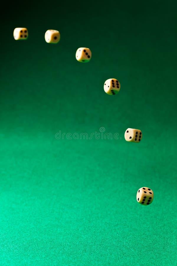 Kostka do gry na zielonym stole zdjęcia royalty free