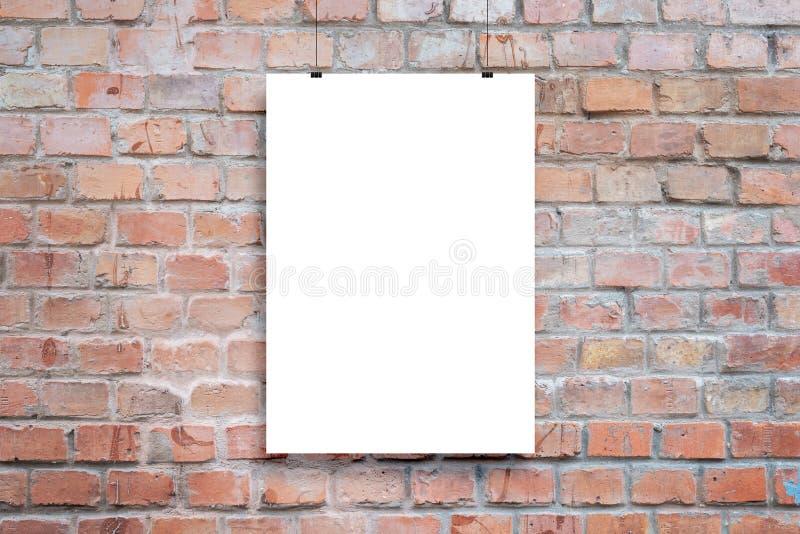 Kostka do prezentacji plakatu Pusty papierowy plakat wiszący z zaciskami zdjęcie royalty free