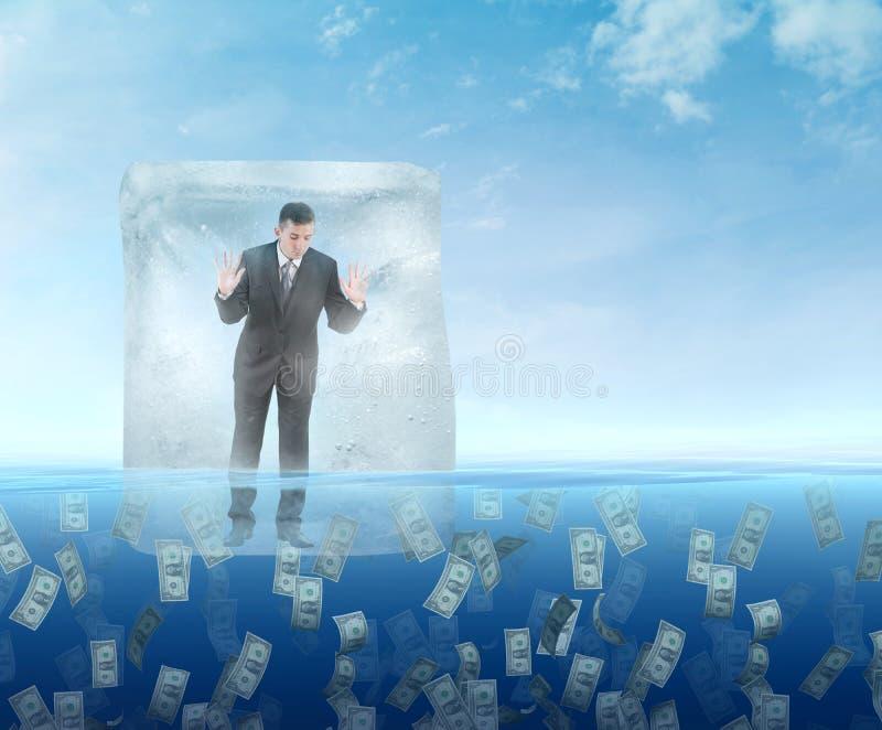 Kostka lodu z biznesmenem unosi się w morzu zdjęcia royalty free