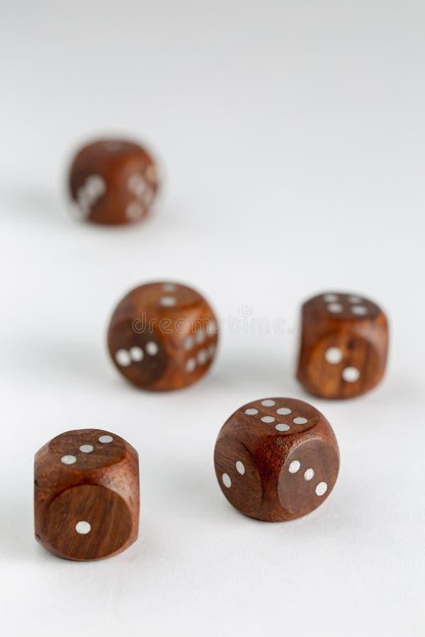 Kostki do gry drewniane na białym tle zdjęcia royalty free