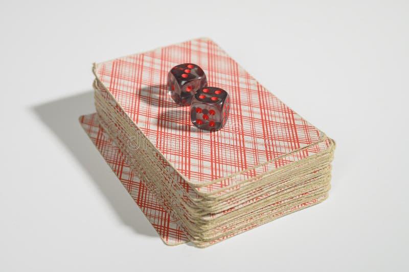Kostki do gry i karty do gry na białym tle no odizolowywa? zdjęcia royalty free