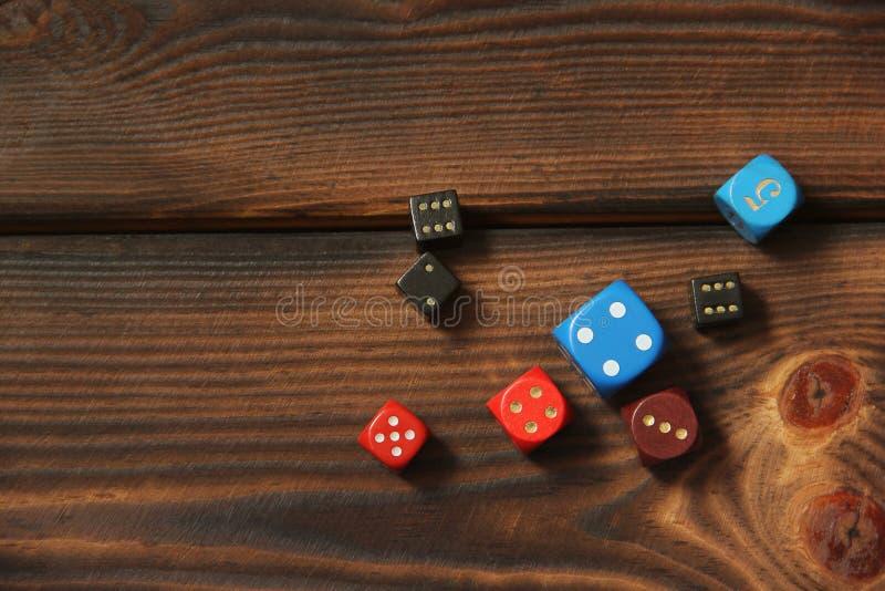 Kostki do gry na drewnianym tle zdjęcie stock