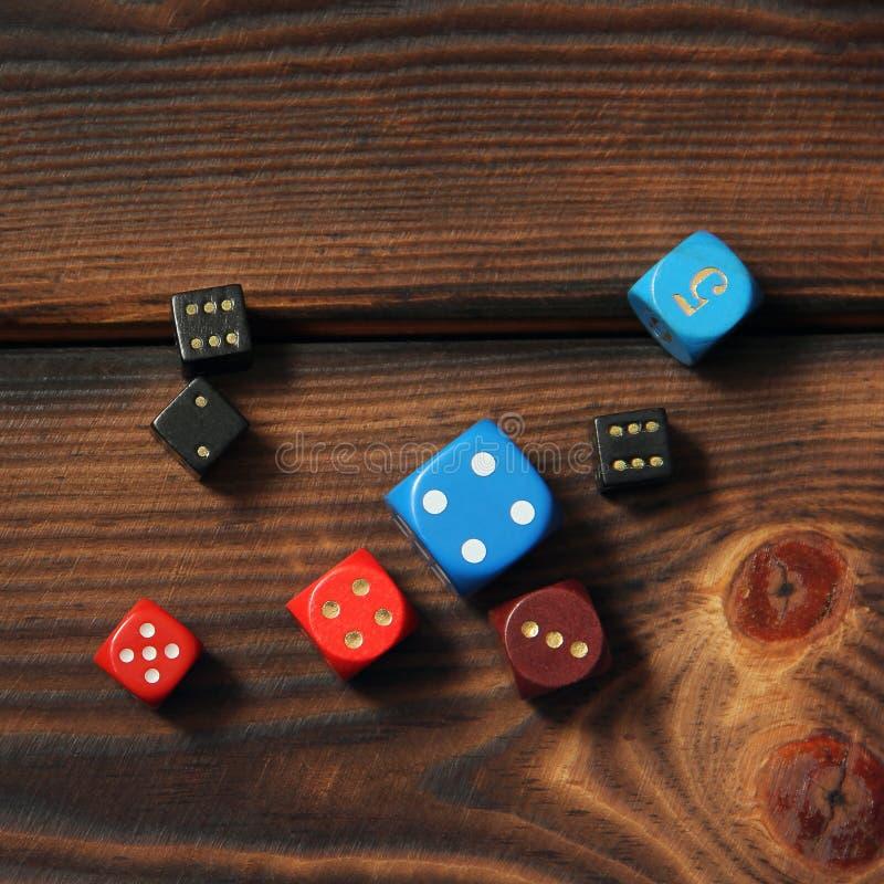 Kostki do gry na drewnianym tle zdjęcie royalty free