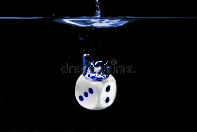 Kostki do gry z liczbami trzy i dwa twarzy w wodzie z czarnym tłem zdjęcia royalty free