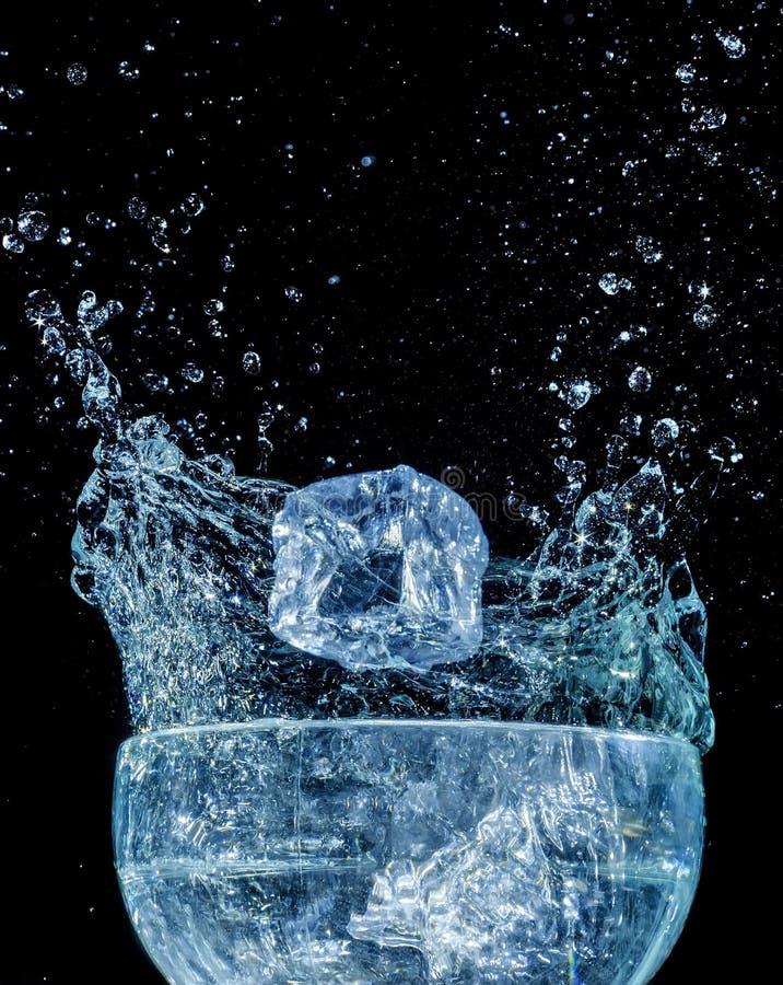 Download Kostki Lodu Błękitne Wody Fala Pluśnięcia Ruch Obraz Stock - Obraz złożonej z czystość, fotografia: 28967313
