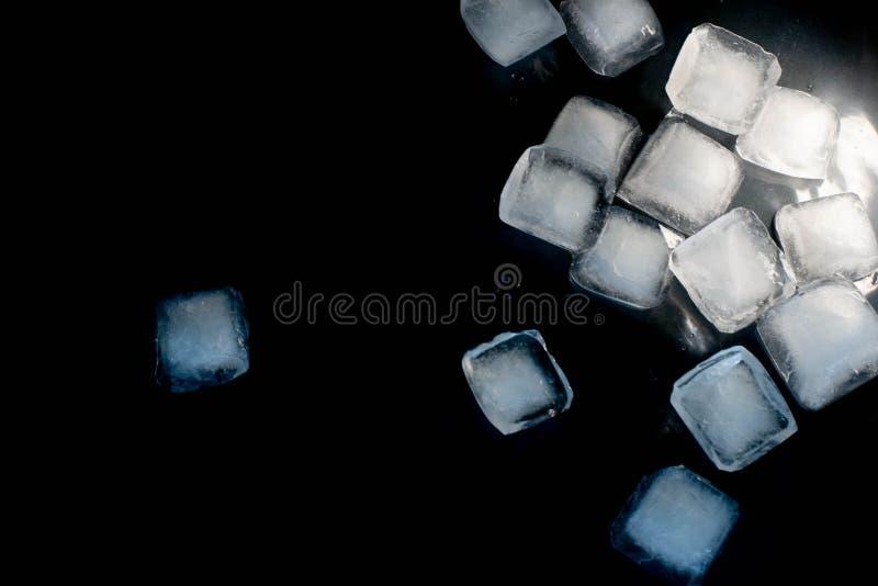 Kostki lodu na czarnym tle fotografia royalty free