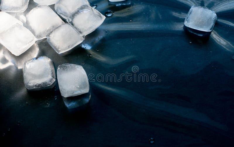 Kostki lodu na czarnym tle zdjęcia stock