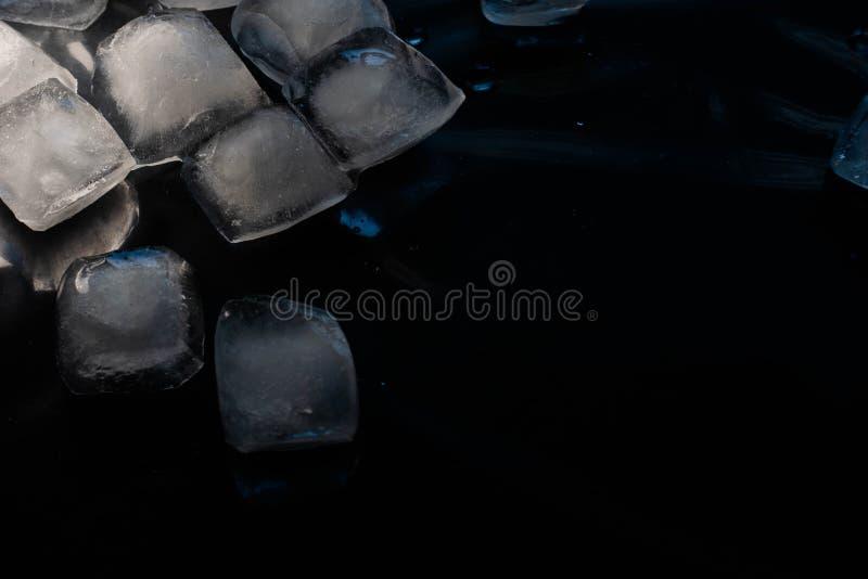Kostki lodu na czarnym tle obrazy royalty free