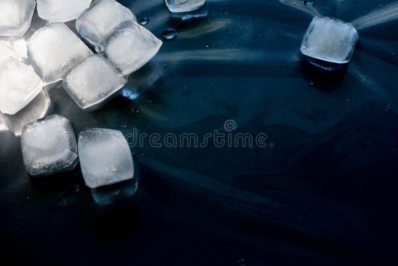 Kostki lodu na czarnym tle zdjęcie royalty free