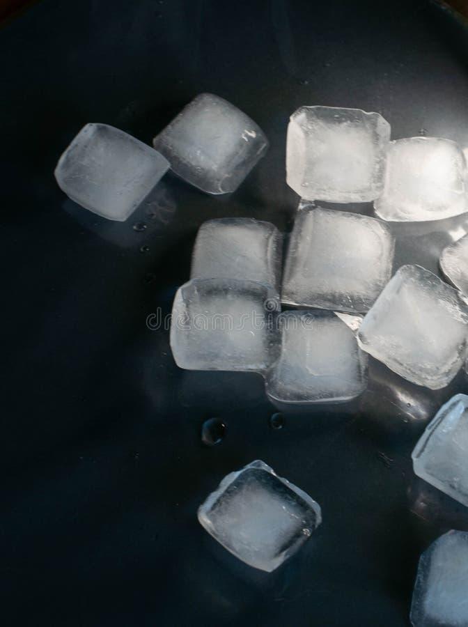 Kostki lodu na czarnym tle zdjęcia royalty free