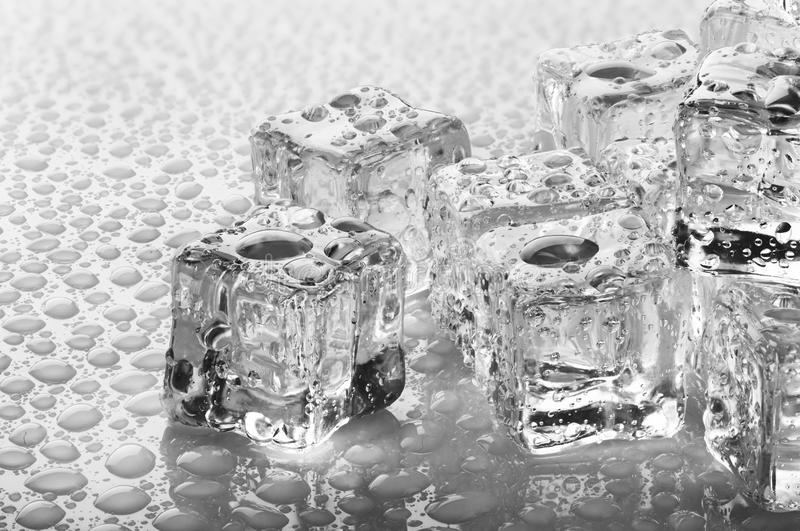 Kostki lodu z kroplami zdjęcia royalty free