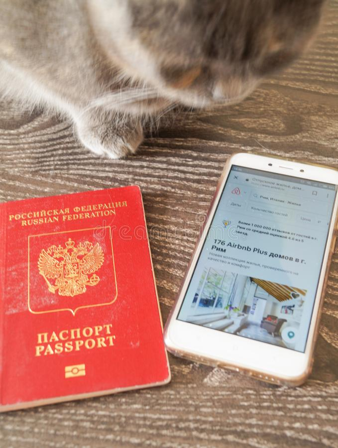Kostroma Ρωσία - 25 Ιουλίου 2018: Ανοικτή εφαρμογή apps Smartphone airbnb στην οθόνη στο γραφείο στοκ εικόνες