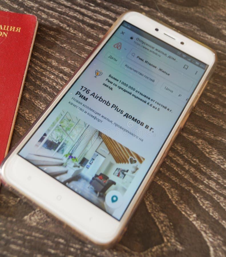Kostroma Ρωσία - 25 Ιουλίου 2018: Ανοικτή εφαρμογή apps Smartphone airbnb στην οθόνη στο γραφείο στοκ φωτογραφία με δικαίωμα ελεύθερης χρήσης