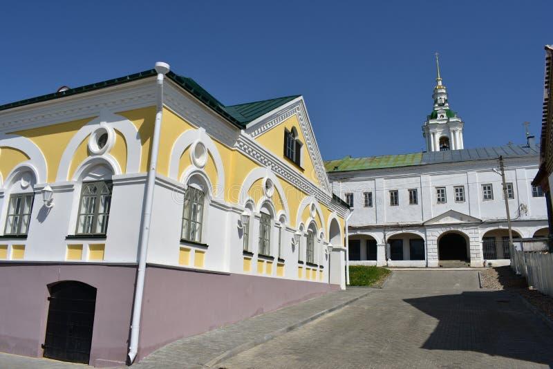 Kostroma en låg byggnad blandas mycket harmoniously in i ett mer massiv yttre fall och är inom den propra gatan fotografering för bildbyråer