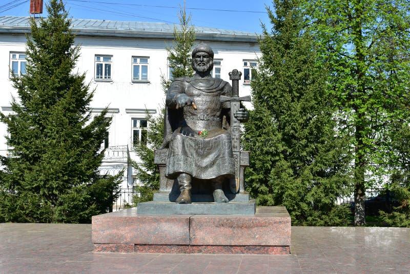 Kostroma monument till Yuri Dolgoruky skulptur som väger 4 ton och en höjd av 4 5 meter ser majestätiska royaltyfri fotografi