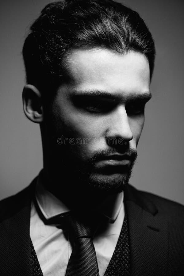 Kostuum van de het portretslijtage van de manier het Knappe ernstige schoonheid mannelijke model royalty-vrije stock foto