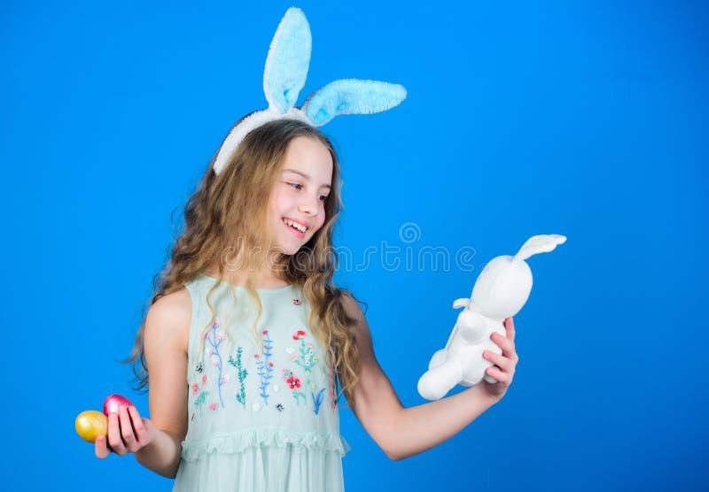 Kostuum van het kind het leuke konijntje Gelukkige Pasen De speelse baby viert Pasen De lentevakantie Gelukkige kinderjaren Klaar stock afbeelding