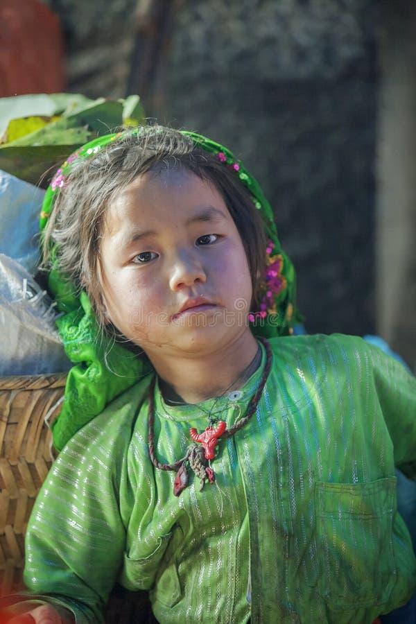 Kostuums van etnische minderheidbaby, bij oude Dong Van-markt stock foto's