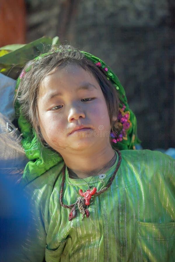 Kostuums van etnische minderheidmeisje, bij oude Dong Van-markt stock foto