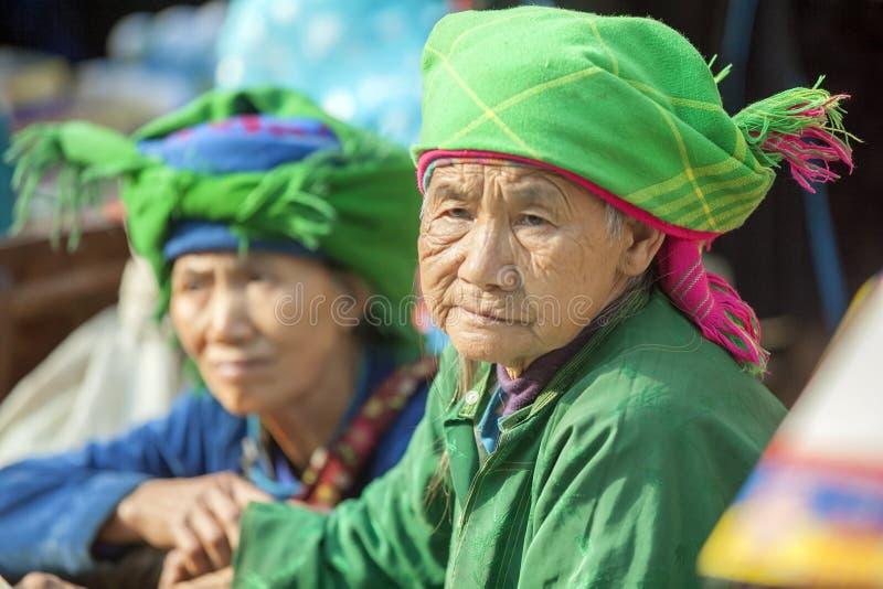 Kostuums van etnische minderheidvrouwen, bij oude Dong Van-markt stock foto's