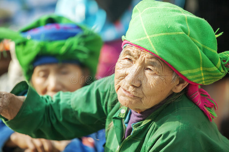 Kostuums van etnische minderheidvrouwen, bij oude Dong Van-markt stock afbeelding