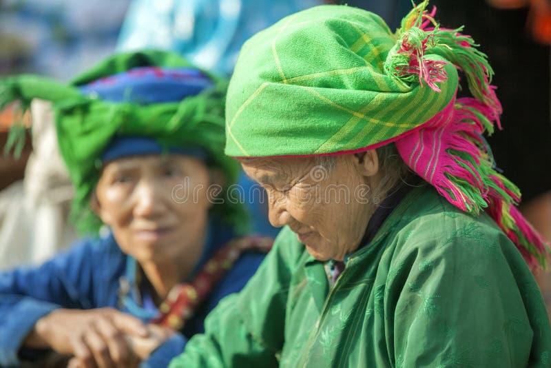 Kostuums van etnische minderheidvrouwen, bij oude Dong Van-markt royalty-vrije stock fotografie