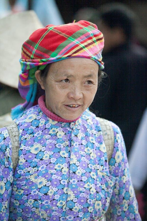 Kostuums van etnische minderheidvrouwen, bij oude Dong Van-markt stock afbeeldingen