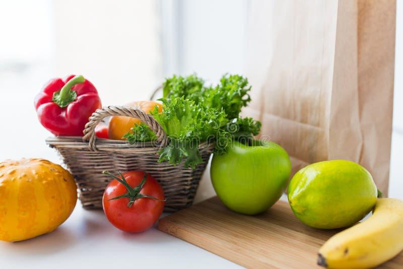 Kosz świezi dojrzali warzywa przy kuchnią obraz stock