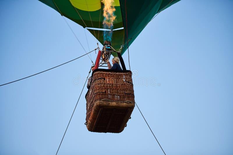 Kosz balon spod spodu zdjęcie royalty free