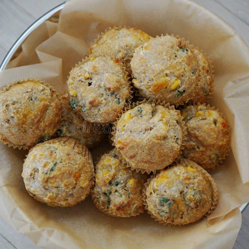 Kosz domowej roboty kukurydzani cząberów muffins obrazy royalty free