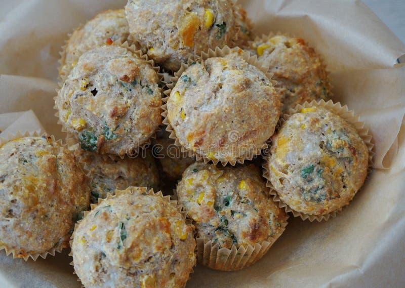 Kosz domowej roboty kukurydzani cząberów muffins zdjęcia royalty free
