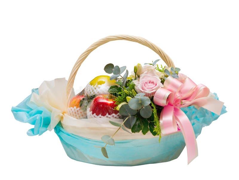 Kosz jabłczana owoc i róże kwitnie dla dawać odizolowywam na bielu zdjęcia royalty free
