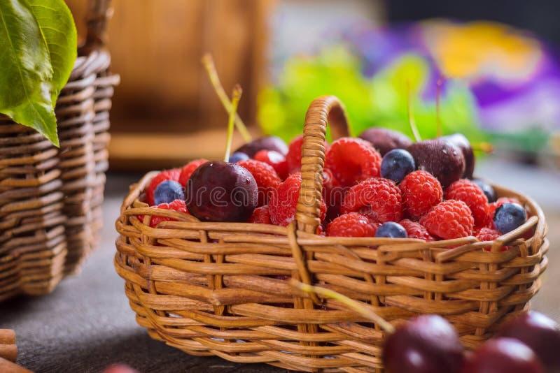 Kosz mieszane lato jagody czarne jagody, wiśnia, malinowa zdrowa karmowa selekcyjna ostrość fotografia stock