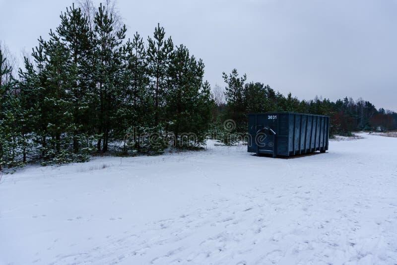 Kosz na śmieci przy stroną ulica w zimie zdjęcie royalty free