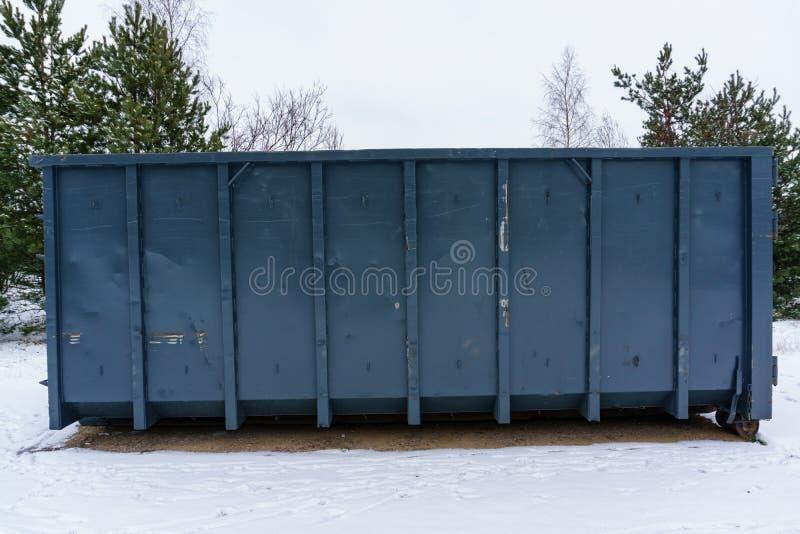 Kosz na śmieci przy stroną ulica w zimie obraz stock