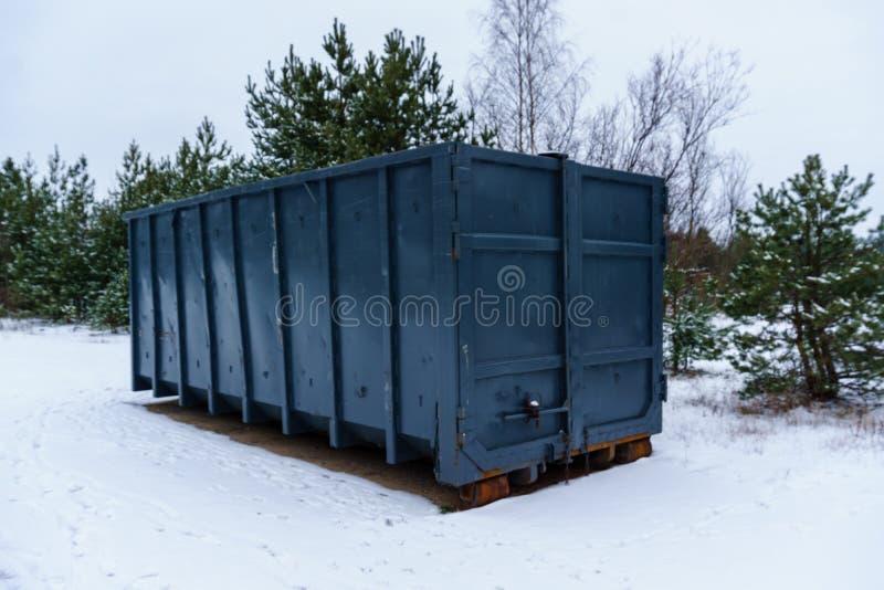 Kosz na śmieci przy stroną ulica w zimie zdjęcia royalty free