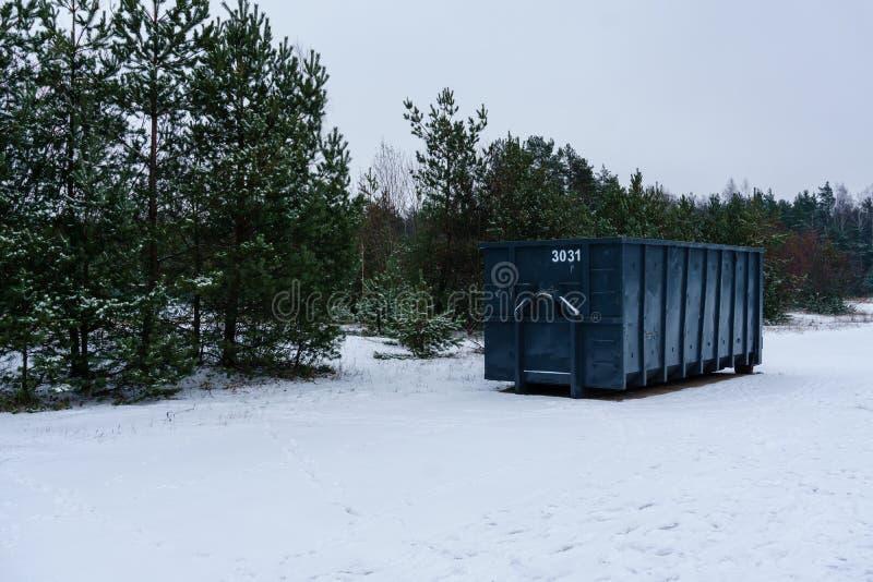 Kosz na śmieci przy stroną ulica w zimie fotografia stock