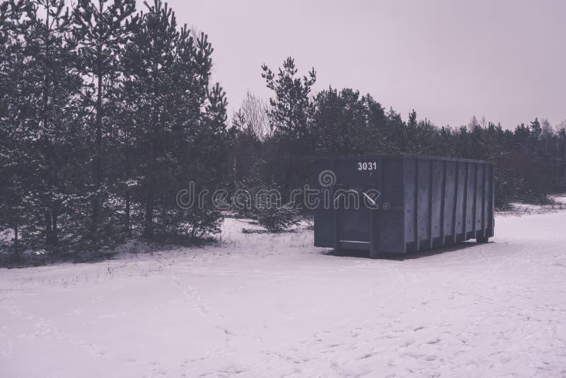 Kosz na śmieci przy stroną ulica w zimie - rocznika retro skutek zdjęcie stock